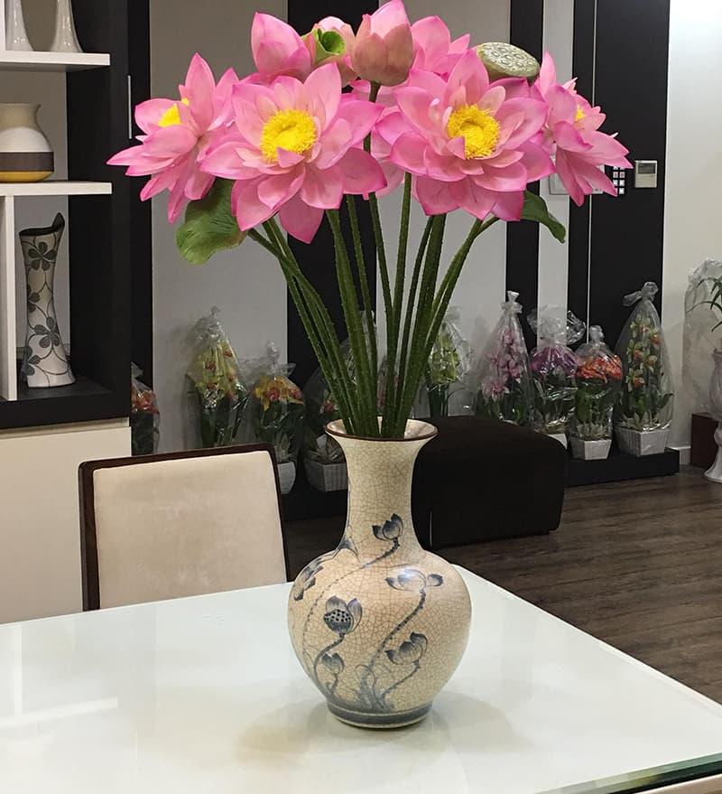 Bình hoa cắm sen